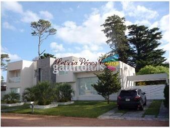 https://www.gallito.com.uy/venta-casa-ubicada-en-barrio-privado-playa-mansa-4-dormi-inmuebles-17644726